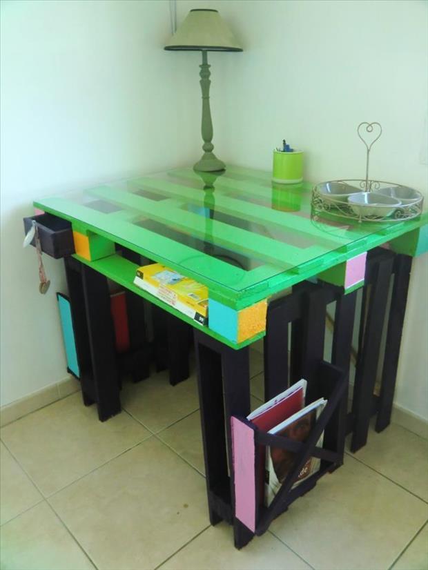 a-old-pallet-desk